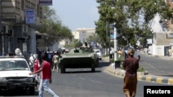 Kendaraan militer terlihat di kota pelabuhan Aden, Yaman (19/3).