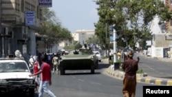 Xe quân sự được triển khai trên đường dẫn đến sân bay trong các cuộc đụng độ ở thành phố cảng Aden ở miền nam Yemen, ngày 19/3/2015.
