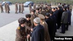 공훈국가합창단과 모란봉악단이 친선 방문공연을 위해 중국으로 출발하였다고 조선중앙통신이 9일 보도했다.
