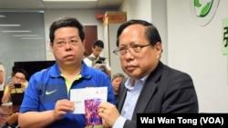 香港民主黨成員林子健(左)與支聯會主席何俊仁展示打算送給劉霞的美斯親筆簽名相片。(美國之音湯惠芸摄)
