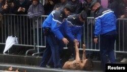 La police arrête une manifestante face au cortège du président américain Donald Trump à Paris, le 11 novembre 2018. REUTERS
