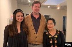 Chad Buterbaugh (tengah), Folklorist at Maryland State Art Council bersama penerima hibah Folklife Apprenticeship, Nuri Auger (kanan) dan Stacy Stube (VOA/Made Yoni).