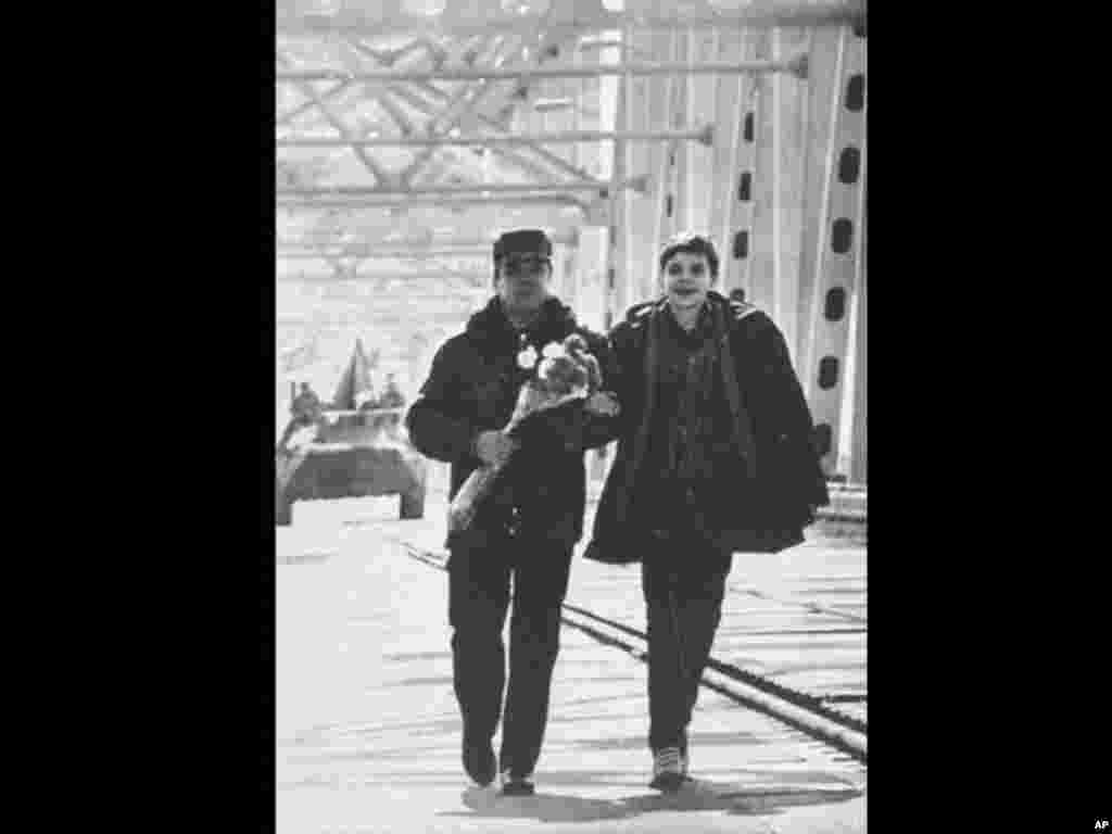 The last Soviet to leave Afghanistan, Lieutenant General Boris Gromov, left, with his son Maxin, at the bridge over the Amy Darya River, at Termez, Uzbekistan on February 15, 1989 . The Soviet Commander had crossed from the Afghan town of Khairaton. (AP P