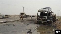 Vojnici pored vozila na koje je izvršen napad, Aden, Jemen, 24. jul 2011.