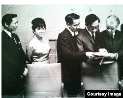 Đại sứ VNCH tại Thụy Sĩ Lê Văn Lợi, và bà Alice Swann (thứ nhì bên trái)