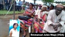Victimes et ayant droit à Eseka, un an après le déraillement du train Camrail, le 21 octobre 2017. (VOA/Emmanuel Jules Ntap)