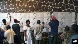 Wapiga kura wakitafuta majina yao katika kituo cha kupigia kura Kinshasa