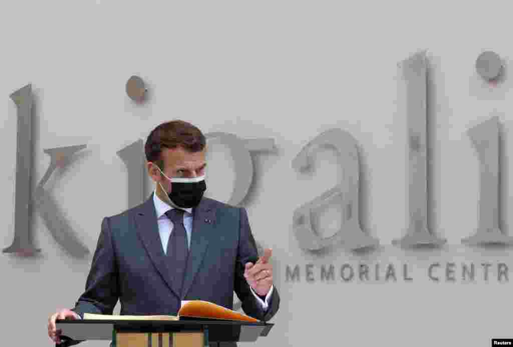 Fransa Prezidenti Emmanuel Makron 1994 Ruanda soyqırımı qurbanlarının xatirəsinə kitab imzaladıqdan sonra çıxış edərkən