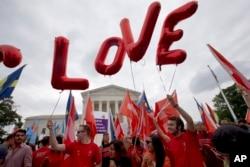 """在美国最高法院前面的支持同性婚姻权的群众,气球组成""""爱""""字(2015年6月26日) 在美国最高法院前面的支持同性婚姻权的群众,气球组成""""爱""""字(2015年6月26日)"""