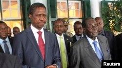 Umongameli weZambia, uMnu. Edgar Lungu emi loMongameli Robert Mugabe