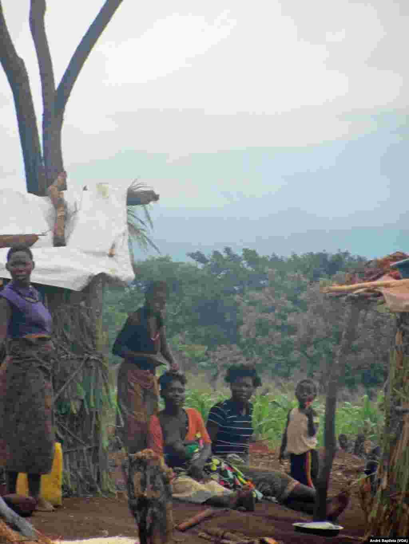 Mulher a amamentar é trançada por outra, no campo de refugiados de Kapise que acolhe moçambicanos no Malawi. Jan. 27, 2016