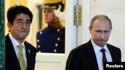 PM Jepang Shinzo Abe (kiri) saat bertemu Presiden Rusia Vladimir Putin di Moskow, 29 April 2013 (foto: dok).