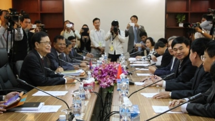 Ho Xuan Son, Deputy Minister of Foreign Affairs talks to his translator in a close door bilateral meeting with Var Kim Hong, chairman of the Cambodian Government Border Committee over border issues at Council of Ministers in Phnom Penh, Cambodia, July 7, 2015 . The discussion includes road-building, pond-digging and the construction of a military outpost by Vietnam, all of which have come under fire as alleged encroachment activities. (Nov Povleakhena/VOA Khmer)
