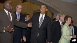 El presidente Obama visita el Capitolio y se reúne con los demócratas antes de que viajen a sus lugares de origen durante el receso de verano.