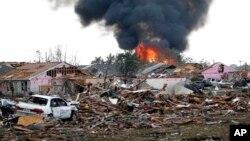 Kobaran api membakar Tower Plaza Addition menyusul hantaman Tornado di wilayah Moore, Oklahoma (20/5).