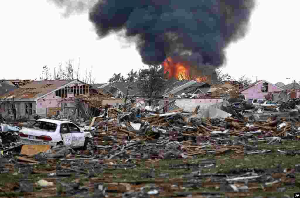 Nhà cửa bốc cháy sau khi trận lốc xoáy quét qua thành phố Moore trong bang Oklahoma, ngày 20/5/2013.