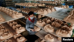 Pekerja di pabrik pembuatan topeng Donald Trump di Jinhua, provinsi Zhejiang, China. (Foto: Dok)