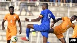 Geoffrey Kondogbia de la République centrafricaine (C) aux prises avec les Ivoiriens Jean-Michael Seri (D) et Franck Kessie (G) lors d'un match de qualification pour la Coupe d'Afrique des Nations 2019 au Stade de la paix, à Bouaké le 12 octobre 2018.