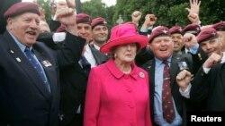 Waziri Mkuu wa zamani wa Uingereza Margaret Thatcher (kati) akiwa pamoja na mashujaa wa vita vya Falkland katika maandamano Londo kuadhimisha miaka 25 ya vita vya Falkland Jun 17, 2007