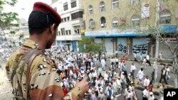 軍人和抗議者在也門南部被殺