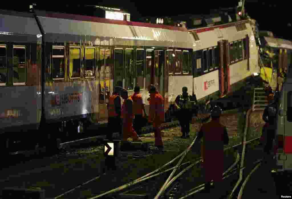 Los socorristas siguen trabajando al caer la noche en busca del maquinista de uno de los trenes accidentados en Granges-pres-Marnand, Suiza, y que dejó 35 heridos.
