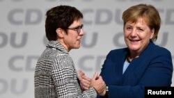 Annegret Kramp-Karrenbauer ve Angela Merkel