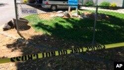 Una cinta de la policía bloquea el paso a una zona de un complejo de apartamentos en Boise, Idaho, el domingo 1 de julio de 2018, donde nueve personas fueron acuchilladas el sábado en una fiesta de cumpleaños infantil.