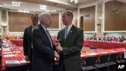 지난달 25일 미 의회에서 열린 국방수권법 상하원 합동회의에 앞서, 존 매케인 상원 군사위원장이 회의를 진행할 맥 손베리 하원 군사위원장에게 의사봉을 건네고 있다.