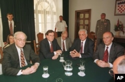 Robert Gelbard, Richard Holbrook, Franjo Tuđman i Alija Izetbegović. AP Photo/Bozo Vukicevic