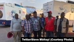 Ministre ya bondeko mpe bosalisani, Steve Mbikayi, na katikati na basungi ba ye, liboso ya ba cliniques mobiles ememaki baye ya likama ya Luku, na Mbanza Ngungu, Kongo central, 22 octobre 2019. (Twitter/Steve Mbikayi)