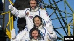 Сверху вниз: Крис Хэдфилд, Том Маршберн и Роман Романенко. Космодром «Байконур». 19 декабря 2012 г.