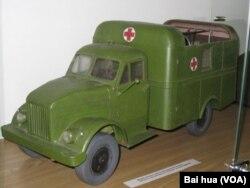 俄罗斯一个二战展览中陈列的当时美国援助苏联的救护车模型。(美国之音白桦拍摄)