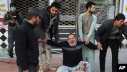ناله و فریاد یک مرد که یکی از نزدیکان خود را در حملۀ خونین روز شنبه در کابل از دست داد