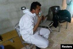Arhiva - Čovjek diše kroz masku za kiseonik, nakon onoga što su spasioci opisali kao napad hemijskim oružjem u Kan Šeikunu, u pobunjeničkom Idlibu, Sirija, 4. aprila 2017.