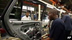 Beberapa pekerja di pabrik mobil Toyota di kota Montgomery, Alabama, AS (foto: ilustrasi).