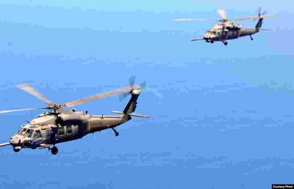 兩架馳援的直升飛機(美國空軍提供)
