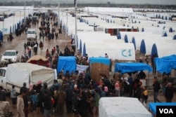 This camp of 4,000 tents was filled in three days in Hammam Aleel, Iraq, March 16, 2017. However, the U.N. says the worst of the displacement crisis is yet to come. More than a quarter of a million people have fled their homes since the Mosul offensive began in October. (H. Murdock/VOA)