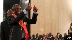 Regard vers le haut, le président sortant Laurent Gbagbo, contestant les résultats officiels de la Commission électorale qui donne son rival Alassane Ouattarra vainqueur, est investi lors d'une cérémonie de prestation de serment au Palais présidentiel à A