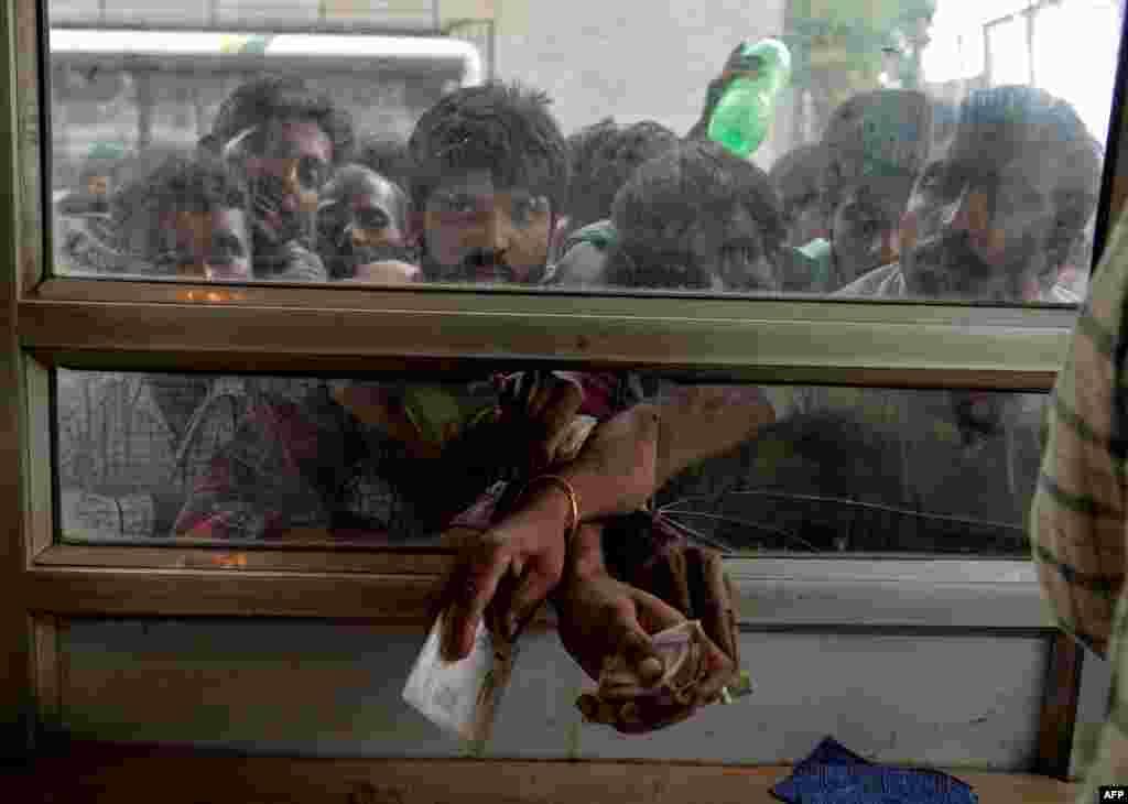 Hindistan - Srinaqarı tərk etməyə çalışanlar avtobus stansiyasında