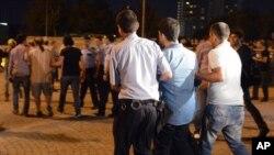 지난 18일, 이스탄불의 탁심광장에서 침묵 시위를 벌이는 시위자를 체포하는 현지 경찰의 모습.