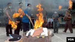 Jaksa dan polisi membakar barang bukti narkoba di Denpasar, Bali, yang diselundupkan oleh jaringan Bali Nine dari Australia. (Foto: Dok)
