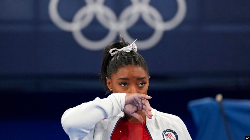 美国体操名将西蒙·拜尔斯以个人心理健康因素,先后退出东京奥运会女子体操团体和个人全能两项比赛