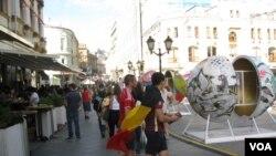 2018年7月世界杯期间,莫斯科市中心的行人和球迷。世界杯后,俄罗斯民众对美国和欧盟看法转好。