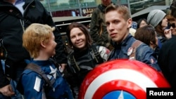 "Para penggemar di Jerman menantikan pemutaran perdana film ""The First Avenger: Civil War"" (judul asli: Captain America: Civil War) di Berlin, Jerman, 21 April 2016."