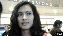 Lola Amaria, artis dan sutradara film Indonesia hadir dalam acara nonton bareng penghargaan Piala Oscar 2013 di Jakarta, 25 Februari 2013 (VOA/Iris Gera)