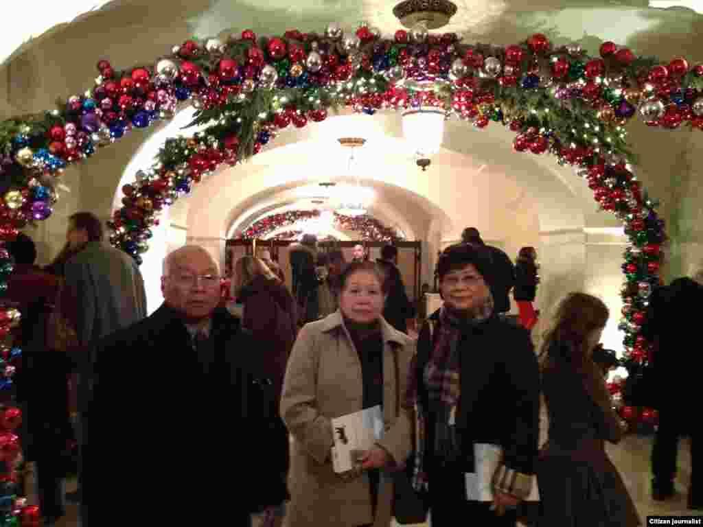 ທາງຍ່າງເຂົ້າໄປສູ່ ໂຕຕຶກທໍານຽບຂາວ ທາງດ້ານຫລັງ ຂຶ້ນໄປສູ່ຫ້ອງຕ່າງໆຢູ່ຊັ້ນສອງ. (White House Christmas Tour, Dec. 22, 2012)