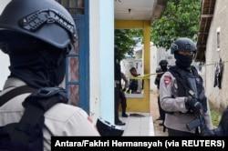 Petugas polisi berjaga di luar rumah tersangka militan setelah polisi antiteror dari unit Densus 88 di Serpong, Tangerang Selatan, 21 Desember 2016. (Foto: Antara/Fakhri Hermansyah via REUTERS)