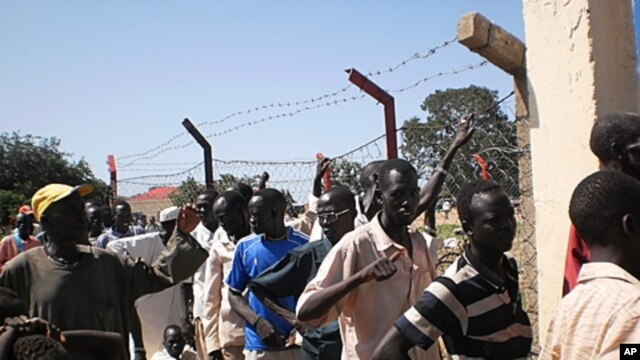 People line up to exchange currency in Aweil, Northern Bahr El Ghazal state, South Sudan, August 22, 2011