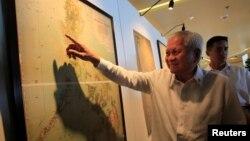 Ngoại trưởng Philippines Albert Del Rosario chỉ vào một bản đồ cổ cho thấy tuyên bố chủ quyền của TQ tại Biển Đông không bao gồm Bãi cạn Scarborough.