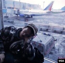 Seorang penumpang yang terlantar dan harus menginap di bandara Domodedovo, Minggu 26 Desember 2010.